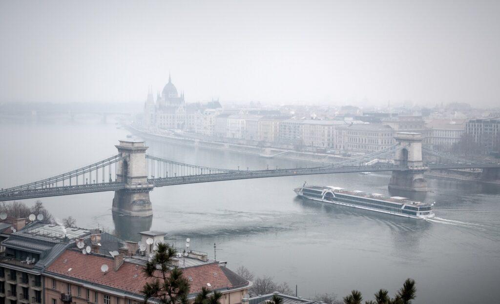 """budapest 2058395 1920 - Kritikus a levegőminőség Magyarországon - """"Számos adat és kutatás támasztja alá az elmúlt évtizedek romló levegőminőségét. A légszennyezettség az első számú halál ok a világon. A PM10 részecskéknek való tartós kitettség növeli a szív-és érrendszeri, valamint a légzőszervi és a tüdőrák kockázatát."""" - 1"""